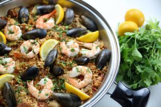 spanish, paella, rice, seafood, chicken, shrimp, mussels, lemon