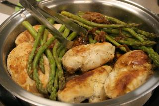 Pollo con Espárragos y Cebolla Caramelizada